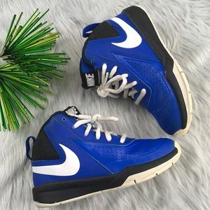 Toddler boys blue Nike athletic tennis shoes